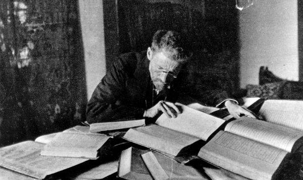 Eliezer Ben Yehuda at his desk in Jerusalem (1912) (credit: wikimedia)
