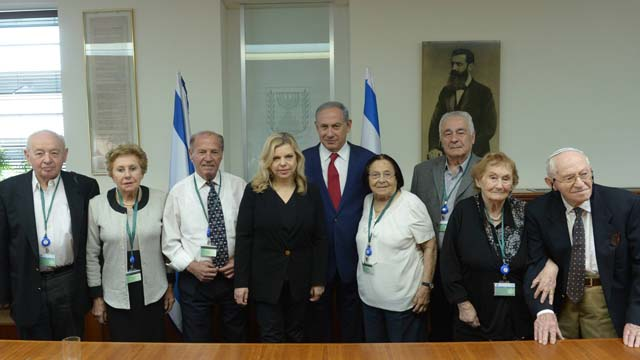 PM Netanyahu and his wife with this year's torch lighters (Credit: GPO)
