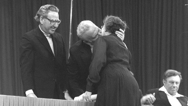 Israeli President Efraim Katzir kissing Golda Meir in 1975 (credit: GPO)