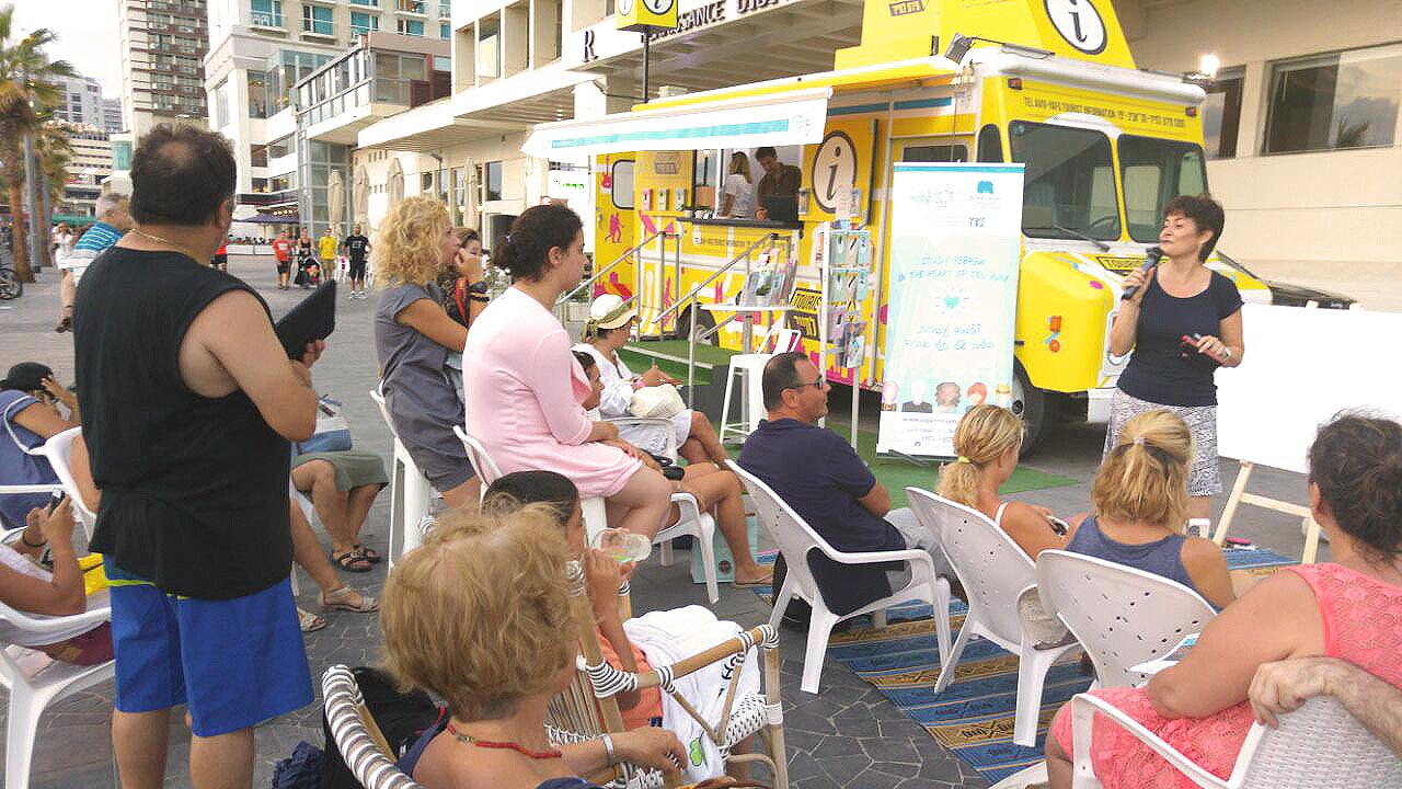 Beach Ulpan - maybe soon a regular institution at Tel Aviv's Gordon Beach? (Credit: Tel Aviv Global)