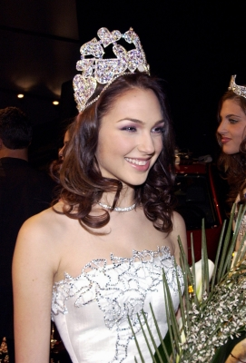 Gal wins Haifa's Beauty Contest in 2004 (Credit: Amos Ben Gershom, GPO)