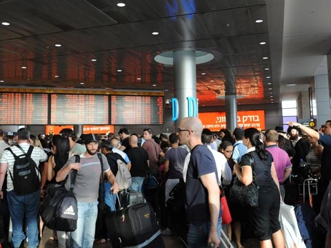 Jam-packed situation at Ben-Gurion airport (Credit: Amos Ben Gershom, GPO)
