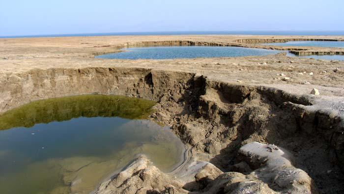 Dead Sea's sinkholes (credit: wikimedia, Doron)